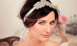 Прически с диадемой на все случаи жизни, от выпускного и до свадьбы! 4 видео инструкции