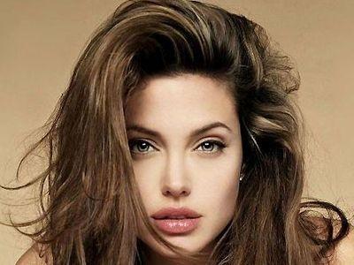 Варианты причесок от Анджелины Джоли
